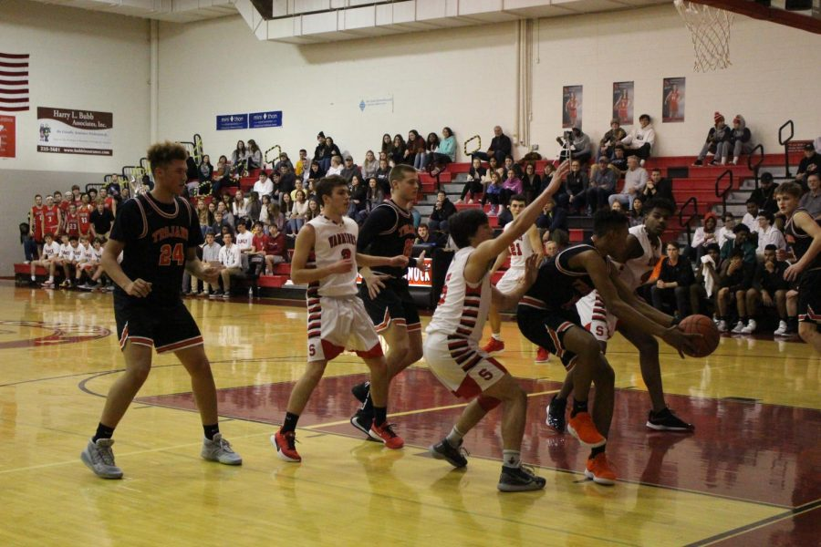 Boys Basketball Contends for Districts